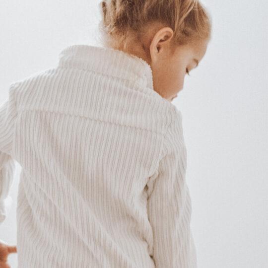Détail du dos de la veste blanche